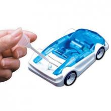 Petite voiture qui roule à l'eau salée